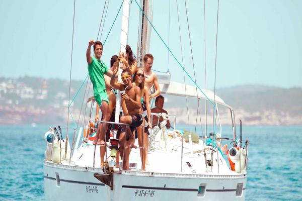 Fiestas en barco. fiesta en velero para despedidas de soltero.