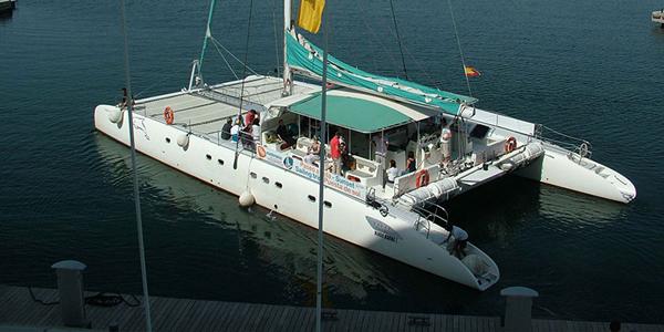 Fiesta en catamarán en Altea. Viajes 500 Millas. Despedidas de soltero en Alicante.