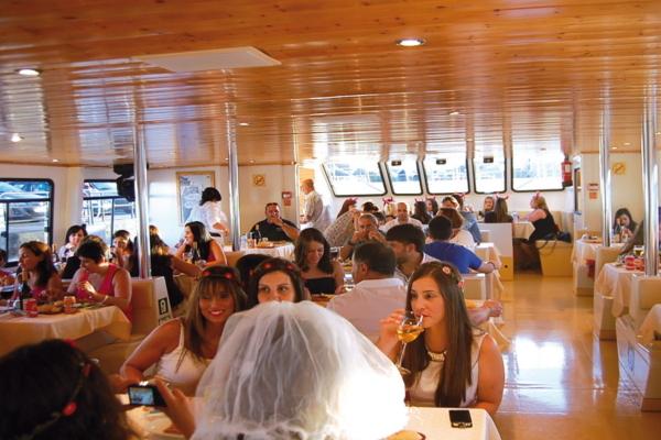 Comida en barco con visión submarina en Sanxenxo. Despedidas de soltero y soltera en Sanxenxo.
