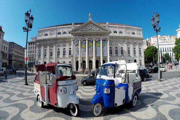 Tuk Tuk en Lisboa. Despedida de soltero y soltera en Lisboa, Portugal. Paseo en Tuk Tuk. Tours en Lisboa.
